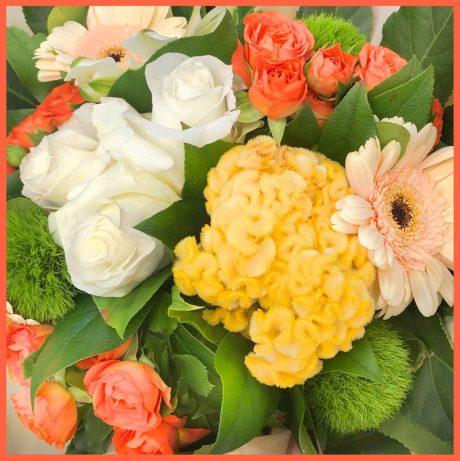 Bouquet rond à dominante de fleurs jaune orange