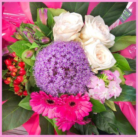 Bouquet rond à dominante de fleurs mauve et violet