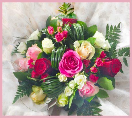 Bouquet rond de roses multicolores