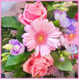 Bouquet rond à dominante de fleurs rose