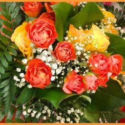 Bouquet rond de jaune orange, gypsophile et feuillage
