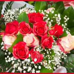 Bouquet rond de roses rouges, gypsophile et feuillage